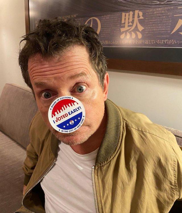 """Майкл Джей Фокс, звезда фильма """"Назад в будущее"""" в одежде casual со значком для голосования на носу"""