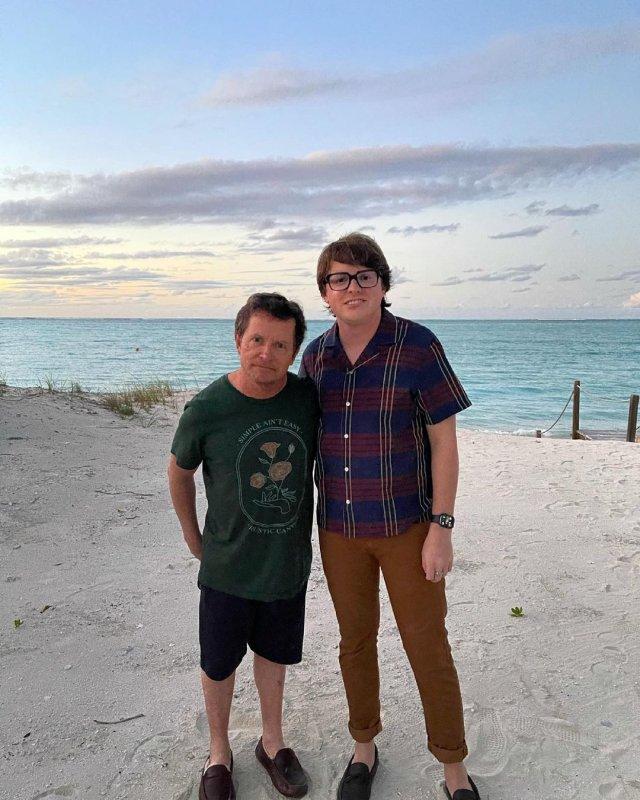 """Майкл Джей Фокс, звезда фильма """"Назад в будущее"""" в зеленой кофте на пляже"""
