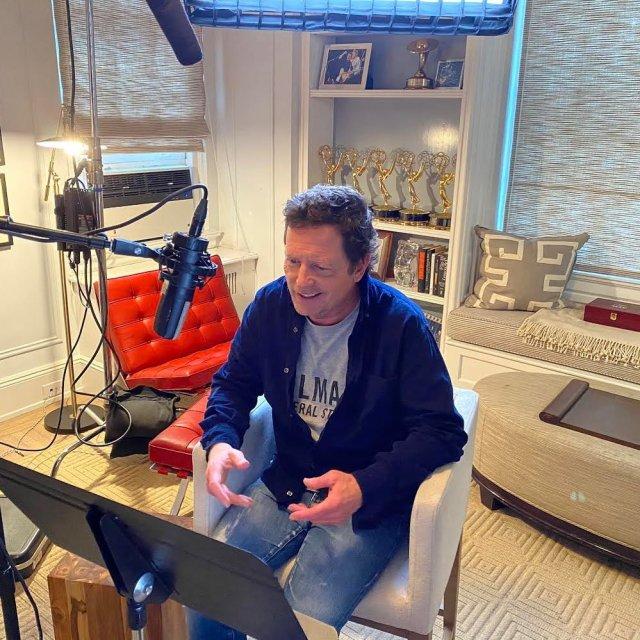 """Майкл Джей Фокс, звезда фильма """"Назад в будущее"""" в синей кофте"""