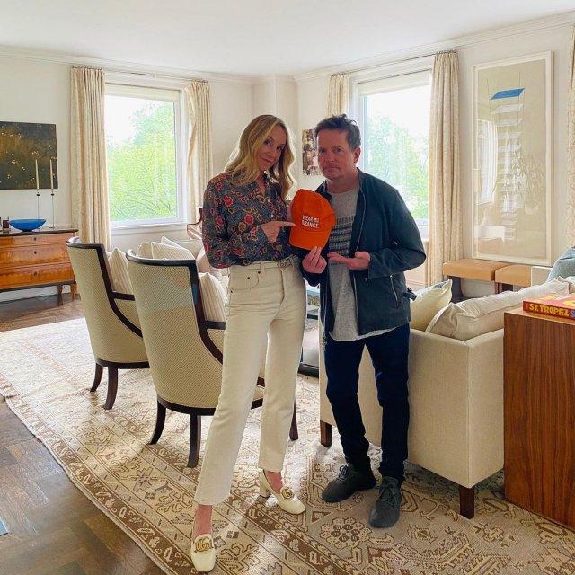 """Майкл Джей Фокс, звезда фильма """"Назад в будущее"""" с женой дома"""