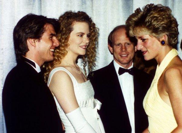 Принцесса Диана встречает Тома Круза и Николь Кидман на благотворительной премьере фильма «Далеко-далеко» в Лондоне. 1992 год