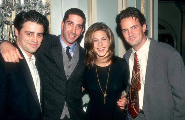 Мэтт Леблан, Дэвид Швиммер, Дженнифер Энистон и Мэттью Перри из сериала «Друзья» позируют во время пресс-тура. 1995 год