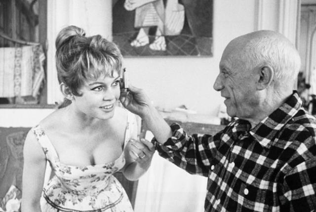 Пабло Пикассо изучает пропорции головы Брижит Бардо. 1950-е годы