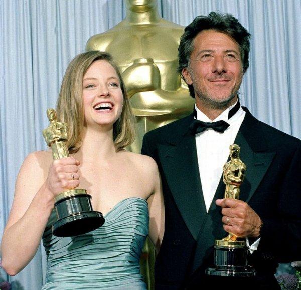 Джоди Фостер и Дастин Хоффман позируют со своими статуэтками за кулисами церемонии вручения премии «Оскар». 1989 год