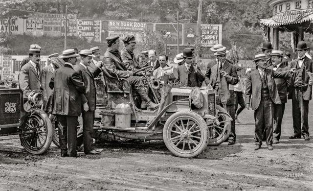 Перси Мегаргел и Дэвид Фоссетт у отеля Хубера на 162-й улице в Бронксе в конце своего 10-месячного 11000-мильного путешествия на 16-сильном автомобиле REO (Рэнсом Э. Олдс). Июнь 1906 год.