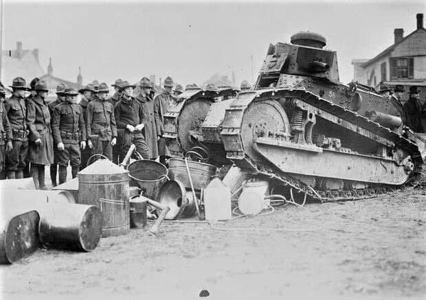 Танк Национальной гвардии уничтожает оборудование для изготовления самогона, США, штат Кентукки, 20 февраля 1922 года.