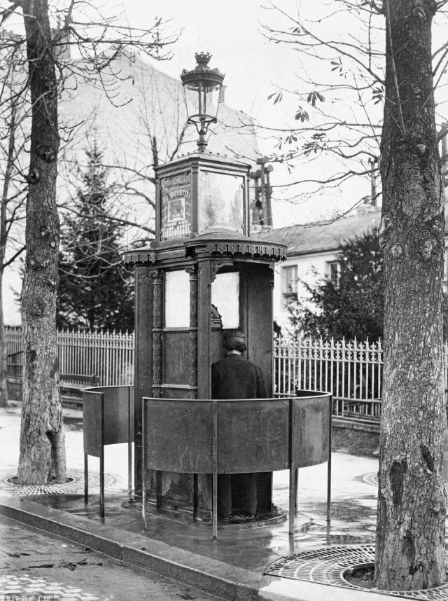 Общественный туалет в Париже, Франция, 1875 год (143 года назад)
