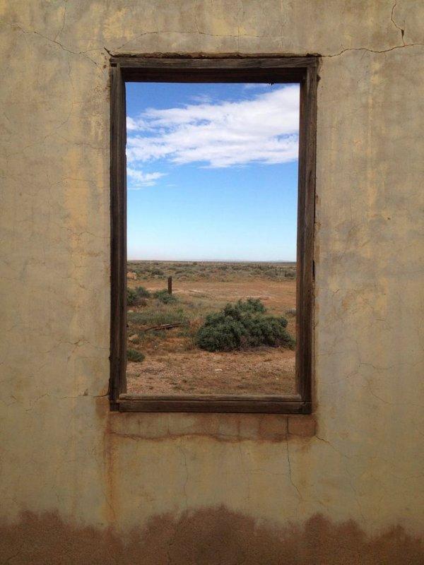 Окно выглядит как портал или картина