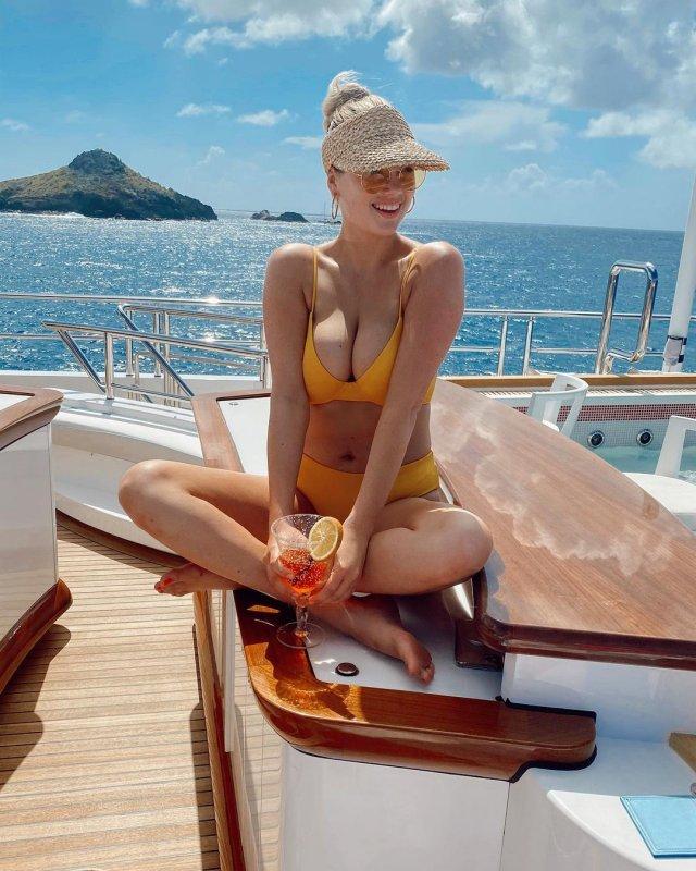 Кейт Аптон в желтом купальнике