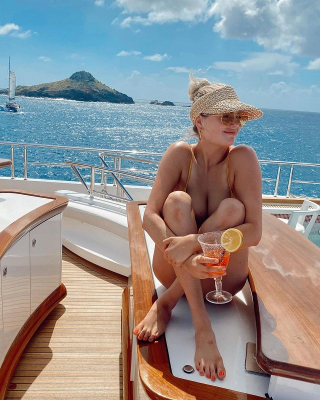 Кейт Аптон в желтом купальнике на яхте