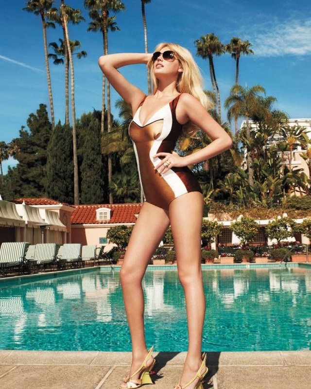Кейт Аптон в золотом купальнике
