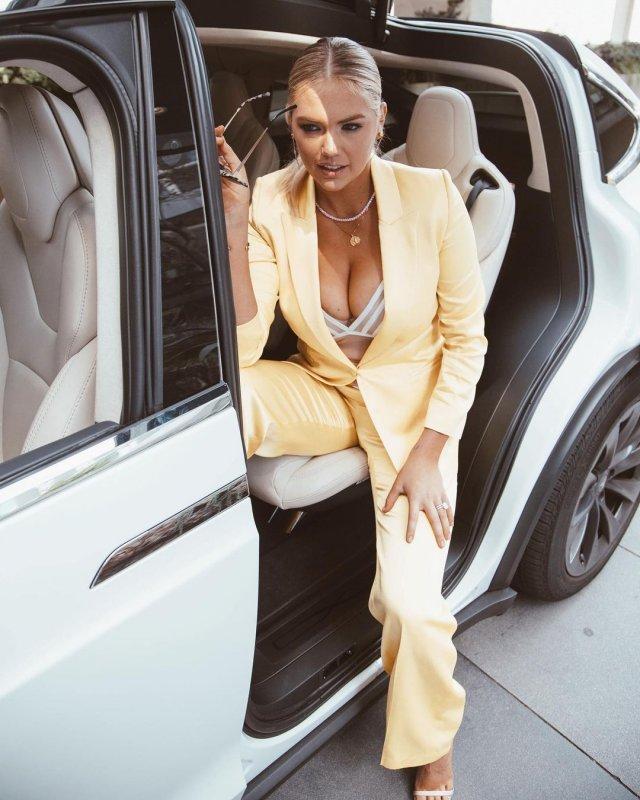 Кейт Аптон в желтом костюме