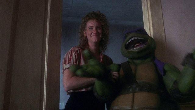 В фильме «Черепашки-ниндзя» 1990 года во рту одной из черепашек видны зубы актёра