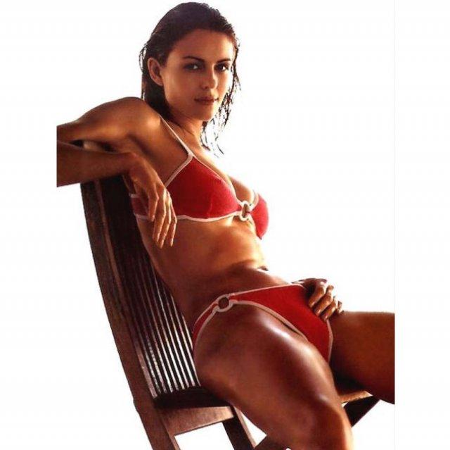 Элизабет Херли в красном купальнике