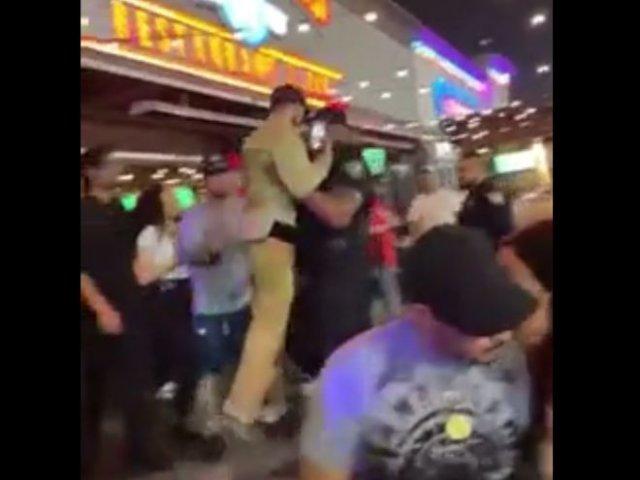 Талантливый полицейский, который может выставить из бара без драки