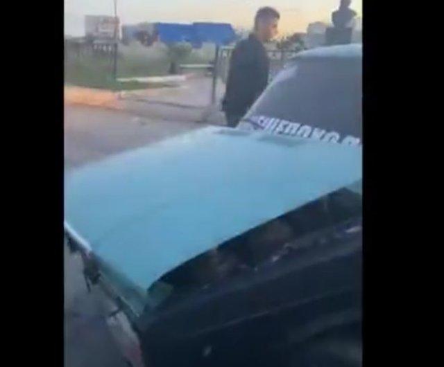 В Якутске парень не пожелал отдавать машину полицейским и разобрал ее прямо при них