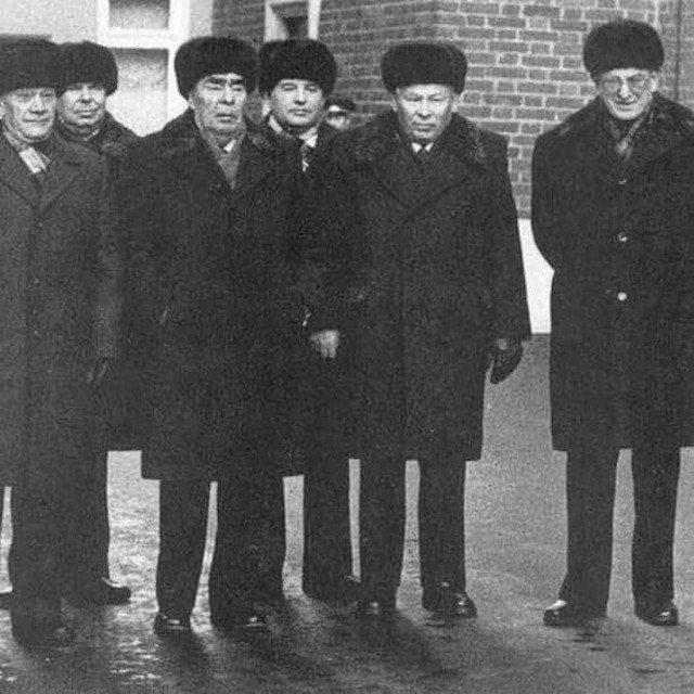 Брежнев, Горбачев, Черненко, Андропов - четыре генсека в одном кадре перед парадом 7 ноября 1981 года в Москве.