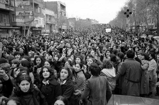 100 000 иранских женщин выступают против закона о хиджабе, Тегеран, 1979 год