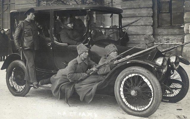 Пeрвый автомобиль В.И.Ленина - роскошный французский «Turcat-Mery 28» 1915 года выпуска. Фото февраль 1917 г. Петроград