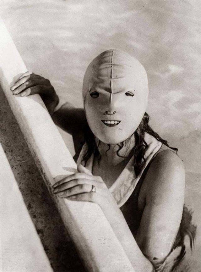 1920‑е годы, резиновая маска для плавания. Она должна была предохранять женскую кожу от солнца.