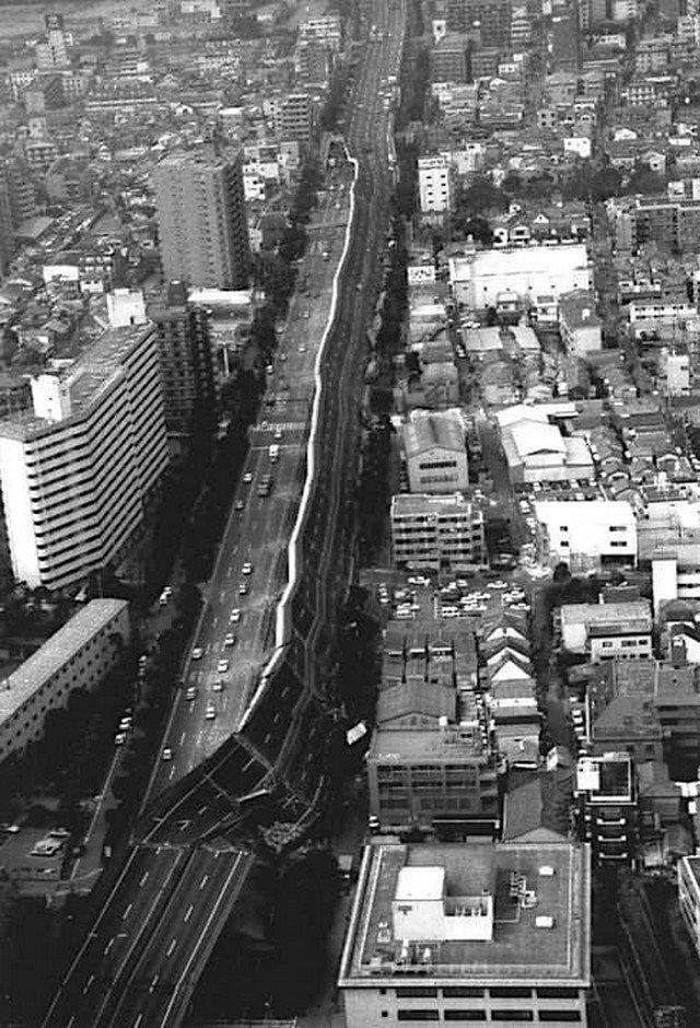 Часть рухнувшего скоростного шоссе Хансин после Великого хансинского землетрясения (или Землетрясение в Кобе), произошедшего 17 января 1995 года.