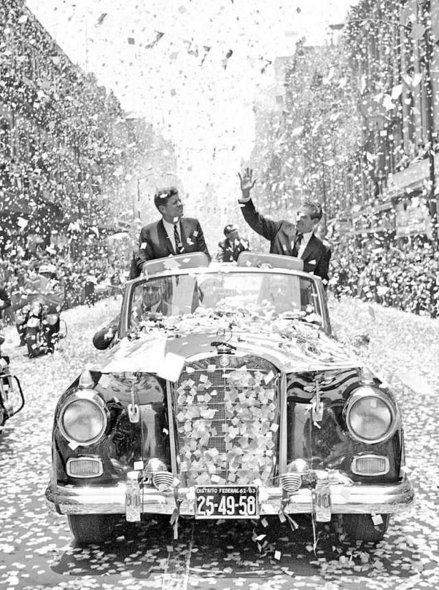 Президент Джон Кеннеди и президент Мексики Адольфо Лопес в поездке по улицам Мехико, 1962 год.