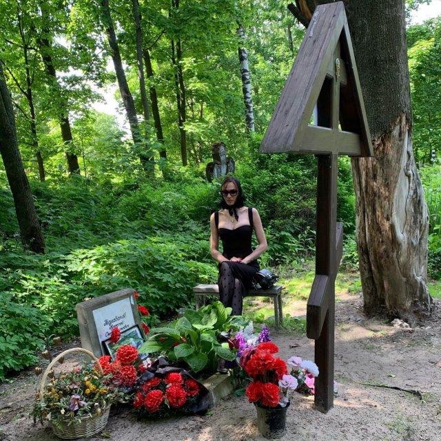 Алена Водонева у могилы Алексея Балабанова