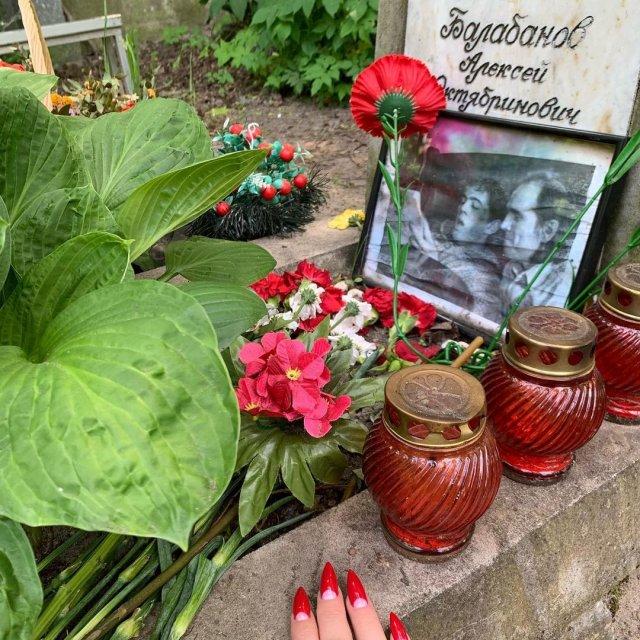 Алена Водонева на могиле Алексея Балабанова