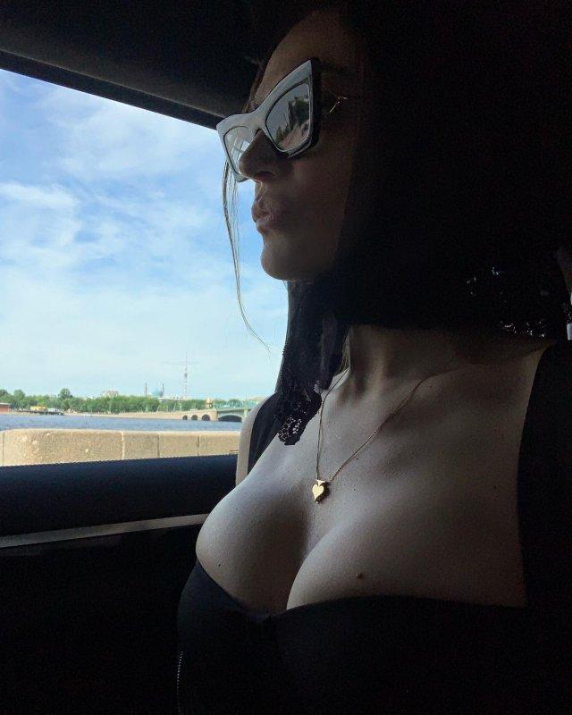 Алена Водонева демонстрирует грудь в машине