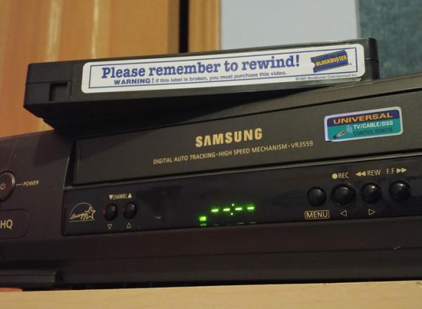 Старый проигрыватель для кассет и блокбастер, который стоило вернуть года так 23 назад