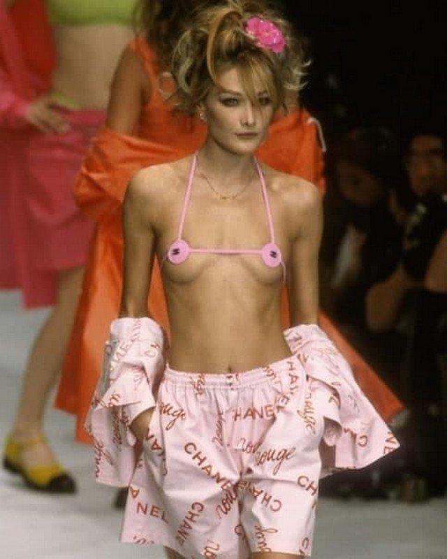 Карла Бруни в скандальном бикини 1996 года от Chanel.