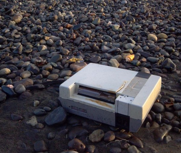 К берегу прибило старую игровую приставку с картриджем внутри