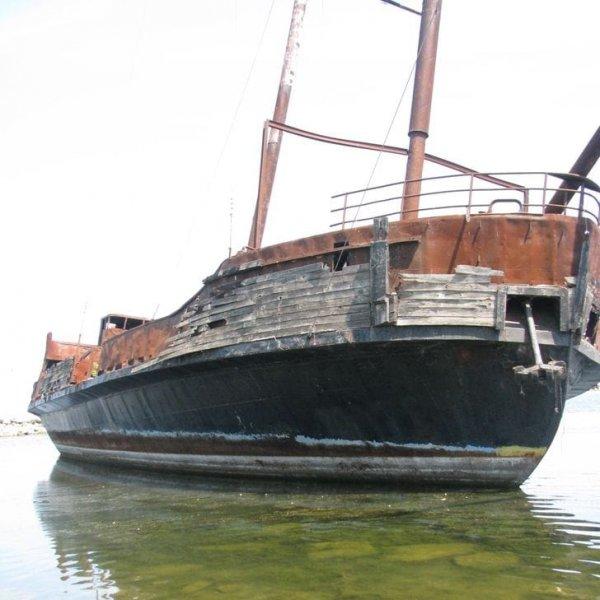 На заброшенном пляже можно найти и заброшенный корабль