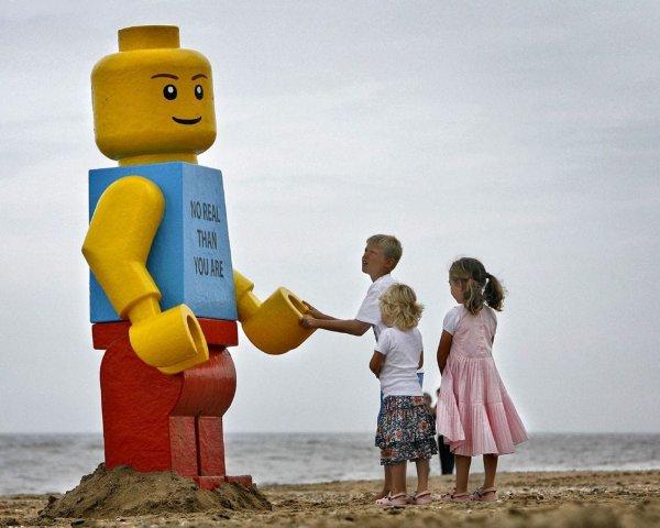 На флоридском пляже таинственными образом появилась огромная лего-фигурка