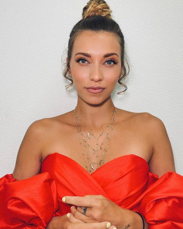 Регина Тодоренко в оранжевом платье