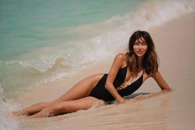 Регина Тодоренко в черном купальнике