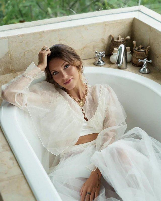 Регина Тодоренков белом платье в ванной