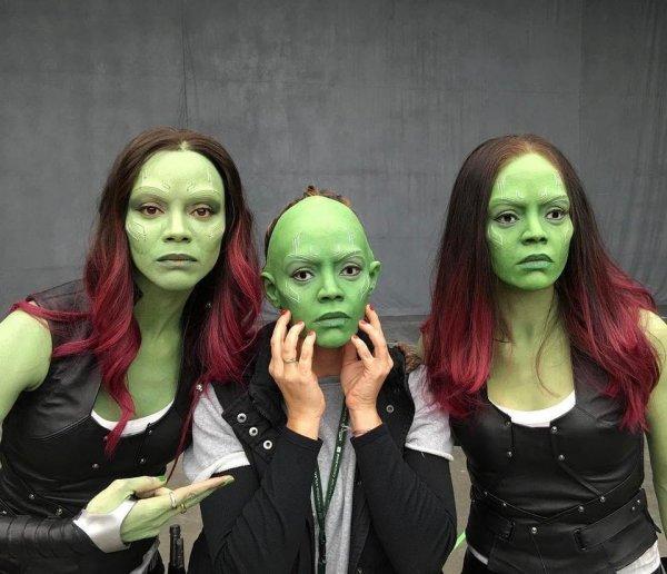 Зои Салдана и её дублёрши примеряют маски Гаморы из «Стражей Галактики»
