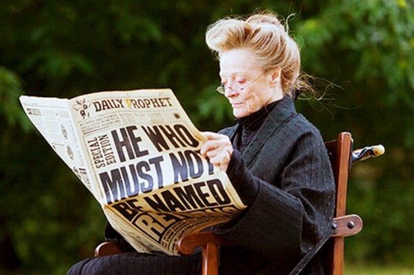 Мэгги Смит читает «Ежедневный пророк» на съёмочной площадке «Гарри Поттера»