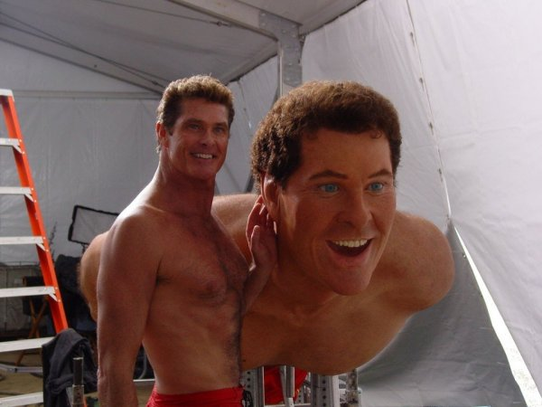 Дэвид Хассельхофф позирует со своей фигурой за кадром фильма «Губка Боб Квадратные Штаны»