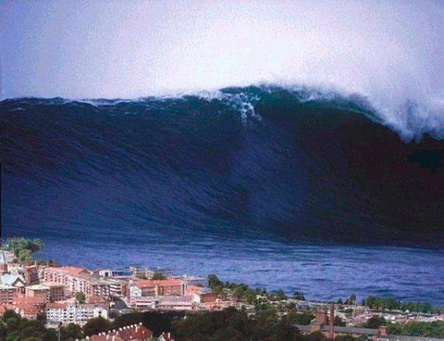 На фото самая большая волна, зафиксированная людьми, наблюдалась около Японского острова Ишигаки в 1971 году. Волна имела высоту 85 метров...