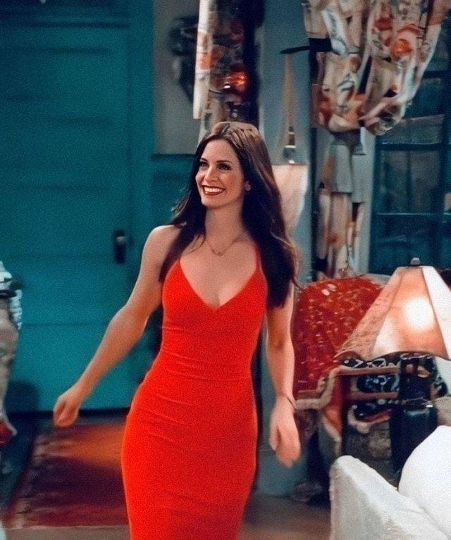 """Архивные фотографии звезды сериала """"Друзья"""" Кортни Кокс в красном платье"""