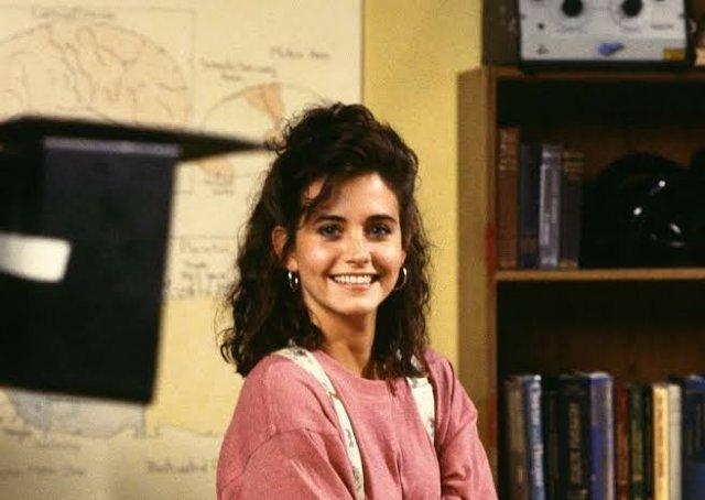 """Архивные фотографии звезды сериала """"Друзья"""" Кортни Кокс в розовом свитере"""