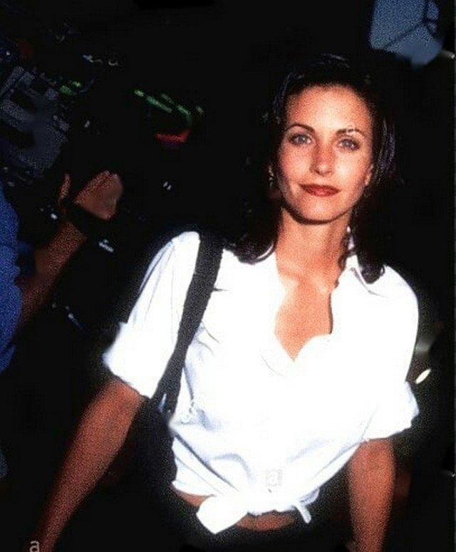 """Архивные фотографии звезды сериала """"Друзья"""" Кортни Кокс  в белой рубашке"""