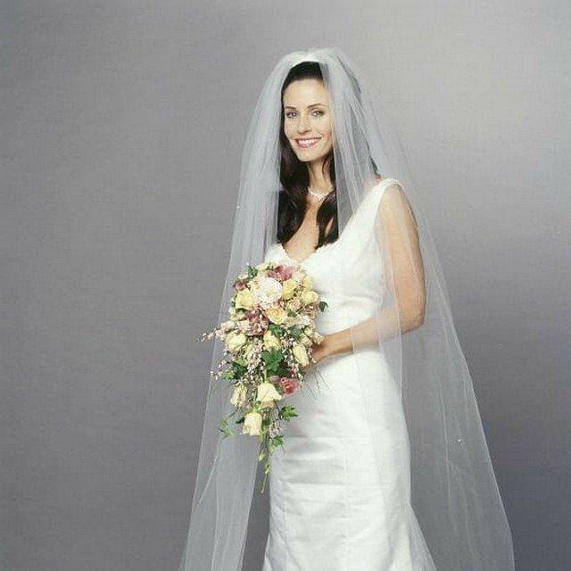 """Архивные фотографии звезды сериала """"Друзья"""" Кортни Кокс в белом платье"""