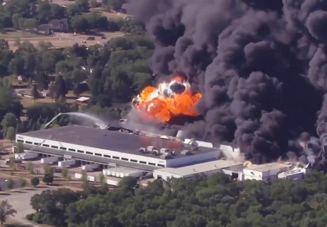 В Иллинойсе горит химический завод
