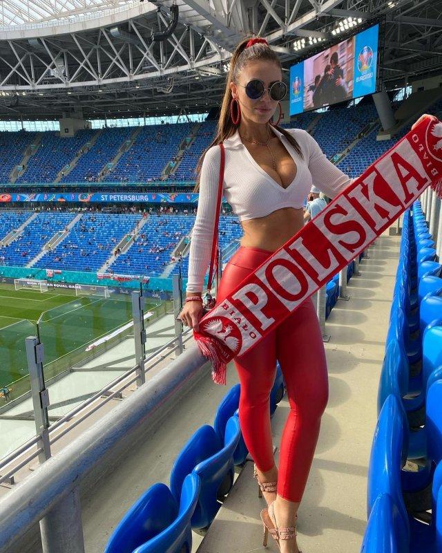 Самая красивая болельщица сборной Польши Марта Барцок с шарфом Польши