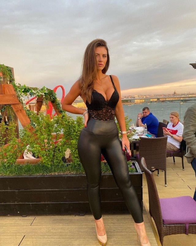 Самая красивая болельщица сборной Польши Марта Барцок в ресторане