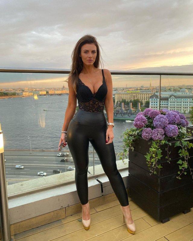 Самая красивая болельщица сборной Польши Марта Барцок в черной кофте с декольте