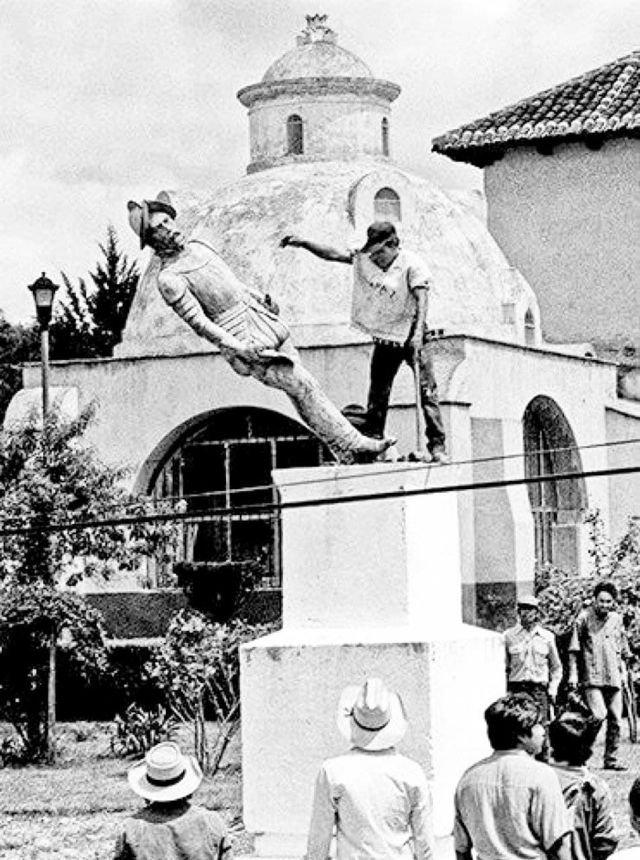 Индейцы сбрасывают памятник Христофору Колумбу с постамента, Мексика, 1994 год